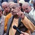 1965. szeptemberében egy idős, sáfrányszínű indiai leplekbe öltözött, homlokán a méltóságteljes vaiṣṇava tilak jelével díszített indiai szerzetes lépett New York kikötőjébe. Mindössze hét dollárt, néhány szett ruhát és két útiládányi könyvet […]