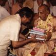 A hinduizmus a tudásszerzés egyetlen hiteles forrásának az isteni kinyilatkoztatást tekinti. A más módszerekkel, empirikus úton vagy következtetéssel szerzett információk általában tökéletlenek, mivel az ember négyféle hiányossággal rendelkezik: (1) az érzékei […]