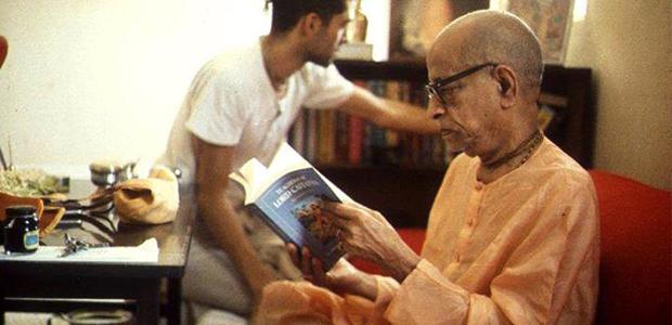Srila Prabhupada olvas