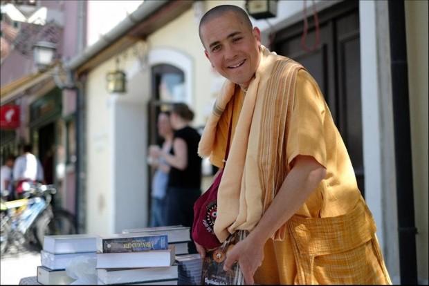 Könyvosztó szerzetes