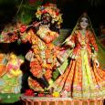 Mire utal a krisnás öltözet? Kis jelképtár nagy titkokra vágyóknak. A textíliák, ékszerek, jelek és felfestések egzotikus kavalkádja valami távolit és misztikusat sugall az érdeklődőknek, közelebbről szemlélve azonban rájöhetünk, az indiai […]