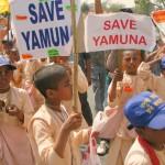 Indiai Krisna-hívő gyermekek tiltakoznak a Jamuna szennyezése ellen