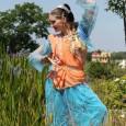 A Gaura-váni Tánccsoport előadása a 2016-os Krisna-völgyi Búcsú nagyszínpadán.