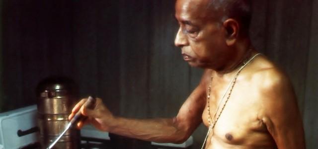 A szervezet alapítója, Ő Isteni Kegyelme A.C. Bhaktivedanta Swami Prabhupāda különlegesen jó szakács volt, és nagyon szívélyes, melegszívű házigazda. Korai követői New York Lower East Side-ján úgy beszéltek Śrīla Prabhupāda főztjéről, […]