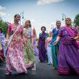 A gaudíja vaisnava nők jellegzetes, színpompás kelméinek látványa sokunk számára a mesés India egzotikus világát idézik fel. Különösen ilyenkor nyáron csodáljuk a szárit, csólit, gópí-ruhát és színes kendőket viselő lányokat és […]