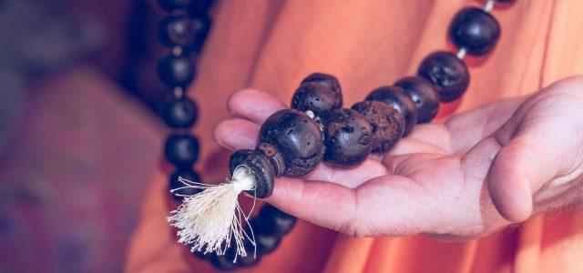 A mahā mantrában az Úr nevei – Hare, Kṛṣṇa és Rāma – az Úr minden hatalmával fel vannak ruházva. Isten nevét énekelni annyit jelent, hogy a transzcendentális hangvibráción keresztül kapcsolatot létesítünk […]