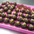 Egyszerű ünnepi finomság gesztenyemasszából. 15 perc alatt elkészíthető édesség a karácsonyi asztalra. 25 dkggesztenyemassza – cukormentes, természetes gesztenyét válasszunk60 g cukor vagy ennek megfelelő természetes édesítő1 csomagvaníliás cukor vagy ennek megfelelő […]