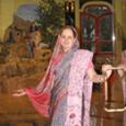 India varázsa a sikátoros utcákban járkáló díszes ruhákba öltözött emberek lelkében, a falra festett tarka Isten-ábrázolások szakralitásában, a minden házban megbúvó szentélyekből áradó füstölőillatban, csengettyűhangban és szent dalokban rejlik. Az élet […]