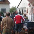 Az iszapkatasztrófa helyszínén dolgozó önkéntesek és a rászoruló károsultak minden nap a déli órákban számíthatnak friss, meleg étel érkezésére. A Magyarországi Krisna-tudatú Hívők