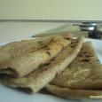 A chapati, vagy hindiül roti India tradicionális, leggyakrabban fogyasztott lepénye, hiszen az átlag családban minden nap asztalra kerül. Az anyák leányaikat hét éves koruktól tanítják a chapati nyújtásának és sütésének művészetére, […]