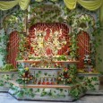 Március 24-én, vasárnap fesztivál keretében ünnepelik a hívők az Úr Caitanya Mahāprabhu megjelenési évfordulóját! Fotók a virágokkal díszített oltárról.