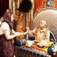 A guru egy olyan személy, aki szintén egy lelki tanítómestertől kapta a védikus tanításokat, és őt követve gyakorolja azokat. A védikus írások alapján és tapasztalatai birtokában képes olyan módon oktatni és […]