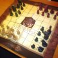 A napokban érkezett meg az iskolánkba a sakk ősének, a csaturangá-nak egy mai példánya, amit egyik kedves vendégünknek, Szádhana-lílá mátádzsínak köszönhetünk. A sakkjáték Indiából származik, de eredeti neve csaturanga (csatur – […]