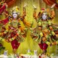 Ha jártál már Hare Kṛṣṇa templomban, biztosan észrevetted, hogy a figyelem középpontjában a templomszoba oltárán levő szoborformák állnak. Talán el is tűnődtél azon, hogy miért van rajtuk díszes ruha, miért ráz […]
