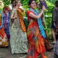 Buli, vidámság, öröm – teljes extázis a lengyelországi Woodstock fesztiválon, a krisnások Béke falujában.