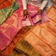 Sok indiai nő számára a szári olyan viselet, melyet inkább csak ritka, ünnepi alkalmakra vesznek fel, nem úgy tekintenek rá, mint a szürke hétköznapok hasznos öltözékére. Sokkal jobban kedvelik a fazonra […]