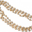 Kṛṣṇa bhaktái Tulasī fából készült gyöngysort viselnek, mely gyakran három sorban díszíti nyakukat. A Tulasī gyöngyök viselése azt jelzi, hogy a bhakta meghódolt az Úrnak és kedves Neki. Úgy tartják, hogy […]