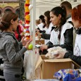"""Rengetegen """"ünnepelték"""" a Blahán ma is a Húsvétot. Több mint 1700 tányér lencsefőzelék fogyott el, és mintegy 17 tonna élelmiszer került a csomagokba, liszt, cukor, konzervek, margarin, rizs, sokféle édesség, gyümölcsök […]"""