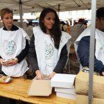 A 24.hu újságírói is segítettek az ételosztásban - fotó: Fodor